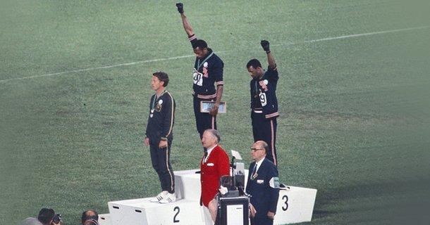 Ο Σμιθ (κέντρο) και ο Κάρλος διαμαρτύρονται για τον ρατσισμό