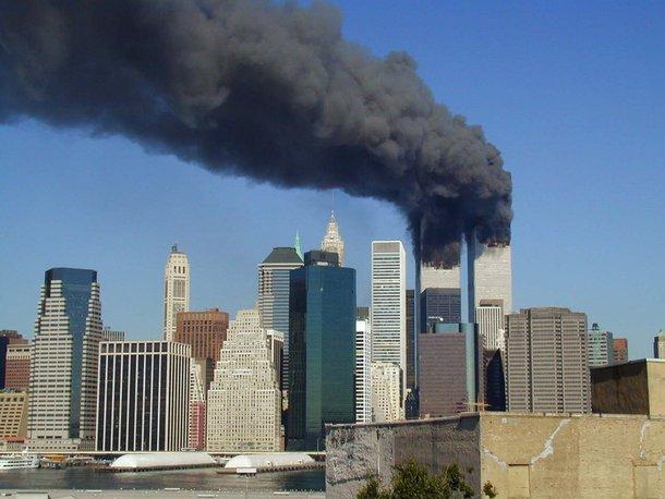 Torres Gêmeas em chamas no dia do atentado. (Fonte: Wikimedia Commons)