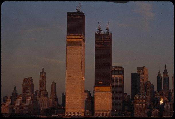 Torres Gêmeas sendo construídas. (Fonte: Wikimedia Commons)