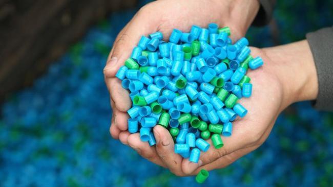 Esgoto chinês se transforma em mar de cápsulas de medicamento