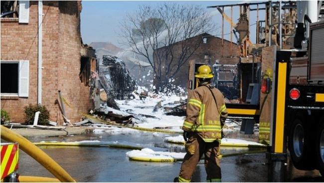 Fotos após acidente com caça F-18 mostram estragos em casas atingidas