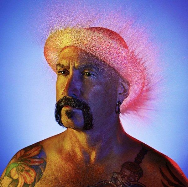 Fotógrafo cria divertidas perucas-d´água em homens carecas