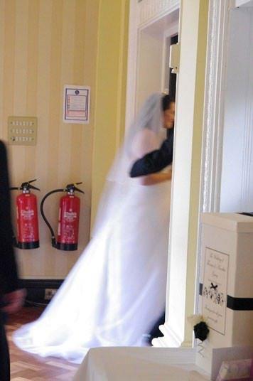 Casal inglês paga 750 libras por piores fotos de casamento da história