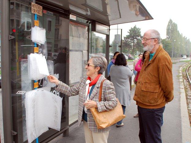 Nova solução antiestresse para o ponto de ônibus: plástico-bolha! [galeria]