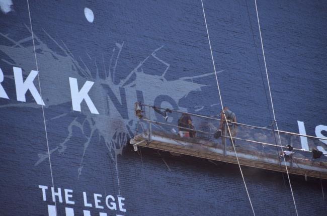Como pintar um Batman de 45 metros em um muro? [galeria]