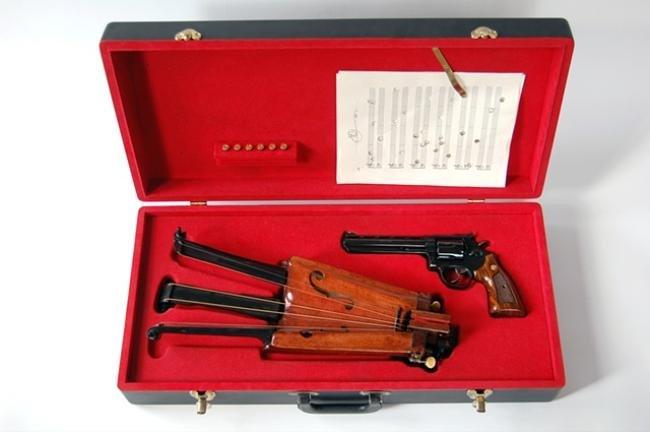 Seis tiros, seis cordas: instrumento musical ou arma mortal?