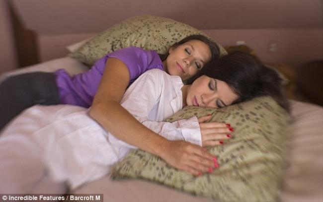 Norte-americana ganha a vida dormindo de 'conchinha' com estranhos