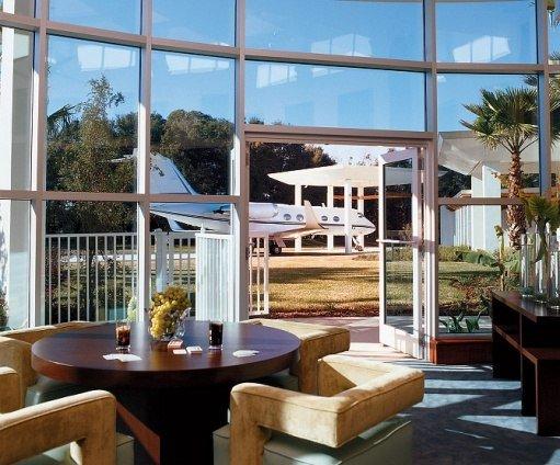 Você sabia que o John Travolta estaciona em casa com um Boeing?