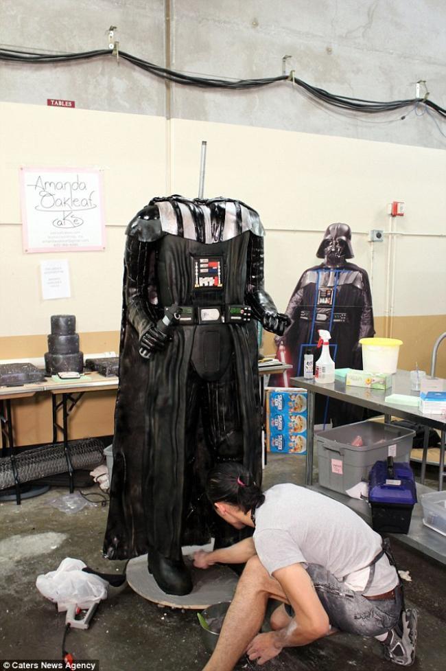Confeiteiros criam bolo de Darth Vader com 2 metros de altura