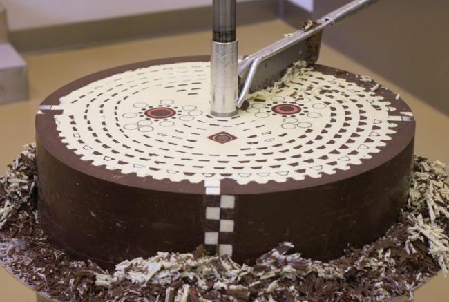 Designers criam escultura de chocolate com formas geométricas