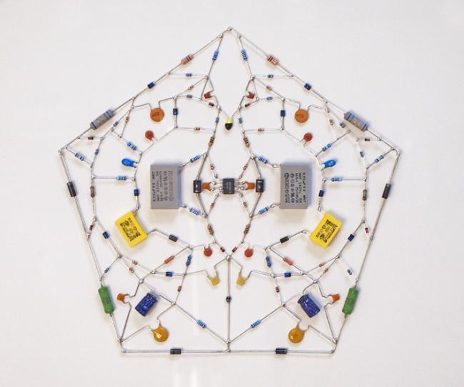 Artista constrói incríveis mandalas com circuitos eletrônicos [galeria]