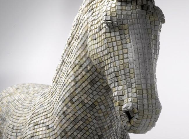 Artista cria cavalo feito de teclas de dispositivos eletrônicos [galeria]