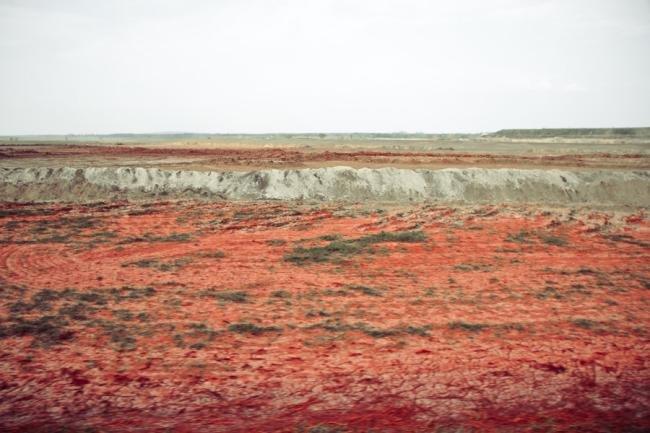 Linha vermelha marca área devastada por lama tóxica na Hungria [galeria]