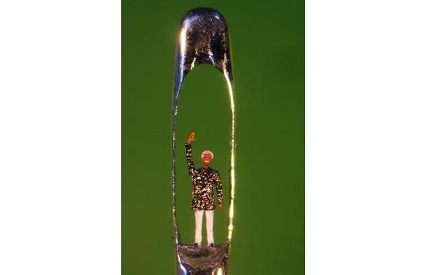 Escultor inglês impressiona com obras de arte em miniatura