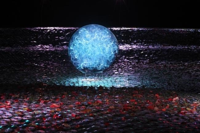 Artista cria espetáculo de luzes com 100 mil CDs velhos [galeria]